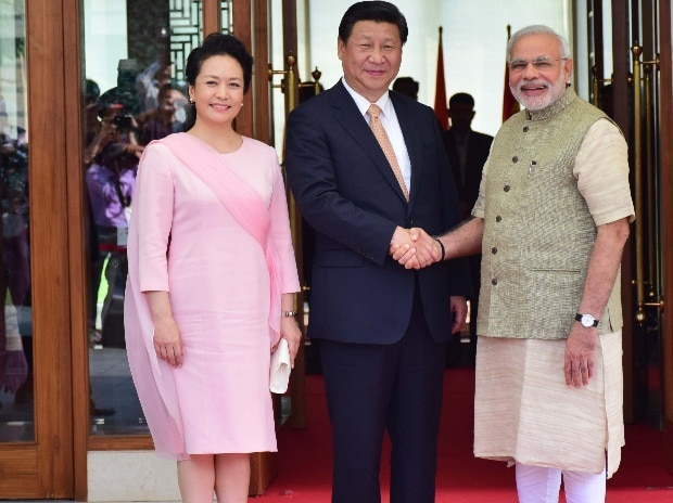 Chinese President Xi Jinping and Prime Minister Narendra Modi will hold a summit meeting in China's Wuhan City from April 27 to 28. Xi and China's First Lady Peng Liyuan are seen here being welcomed by Modi in Ahmedabad in 2014. File photo