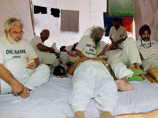 Ex-servicemen on fast-unto-death over One Rank One Pension issue, at Jantar Mantar in New Delhi on Thursday, 27 August 2015 <b>Picture by PTI</b>