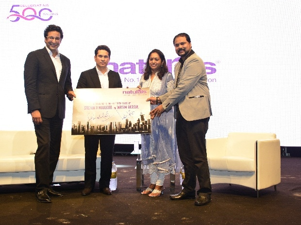 (From right to left) C K Kumaravel and Veena Kumaravel, Owners & Co-Founder, Naturals with cricketers Sachin Tendulkar & Wasim Akram on the launch of Naturals International in Dubai