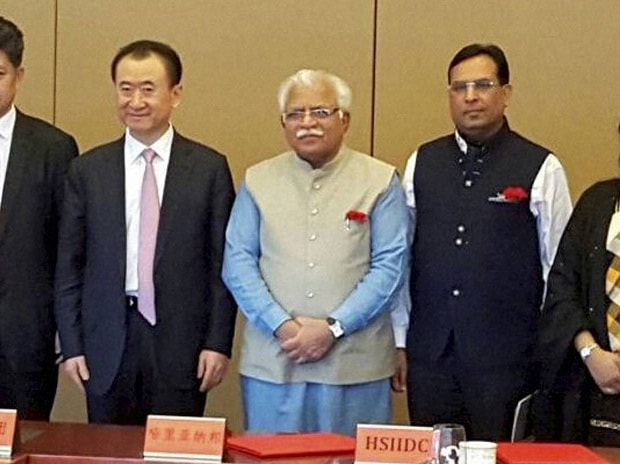 Haryana Chief Minister Manohar Lal Khattar with Wanda Group Chairman Wang Jianlin (Photo: PTI)