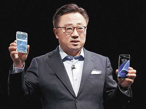 Samsung's Mobile Communications Business president, Dongjin Koh, unveils the S7 and S7 edge smartphones at the Mobile World Congress in Barcelona, Spain, on Sunday