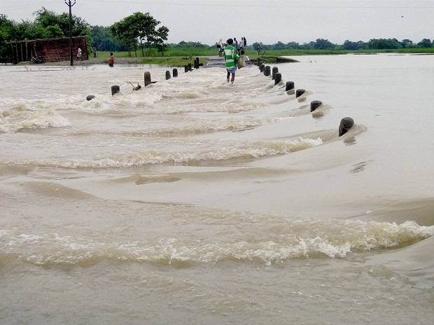 NDRF jawans rescue flood affected villagers  Photo: PTI
