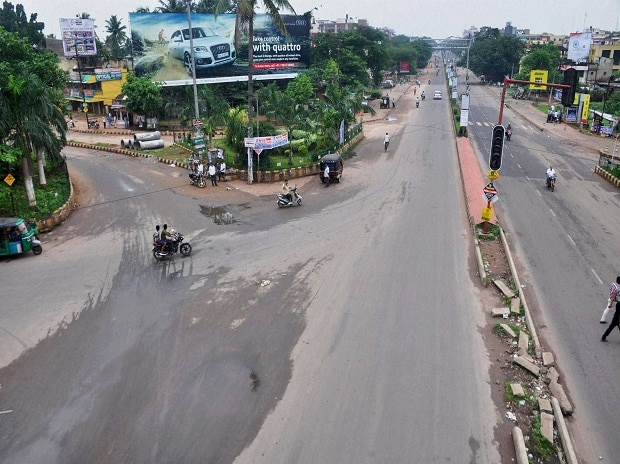 Deserted Jayadeb Bihar-Nandankanan Road during Odisha Bandh called by Congress party on Mahanadi water controversy in Bhubaneswar.