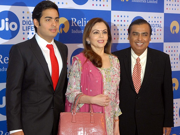 RIL Chairman Mukesh Ambani with wife Nita and son Akash. Pic: Kamlesh Pednekar