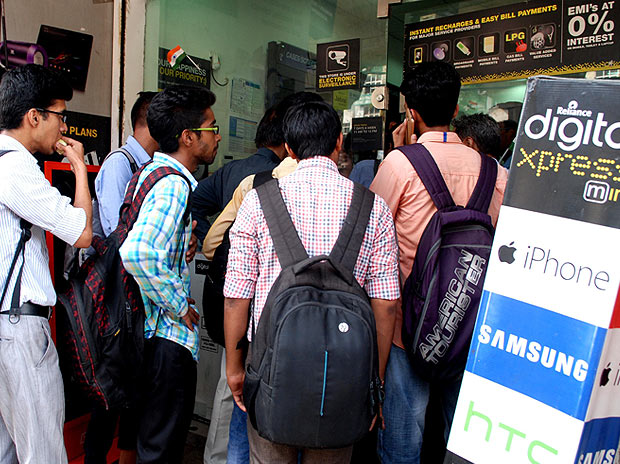 Crowd outside a Reliance Digital Express store to get Reliance Jio SIM cards in New Delhi, on Sept 5, 2016.  Photo: Dalip Kumar