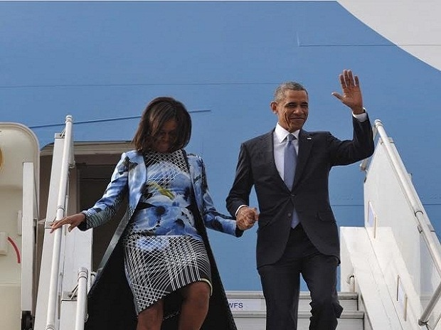 Michelle and Barack Obama arriving in India in January 2015 to attend the Republic Day parade. Michelle Obama is wearing an outfit from Bibhu Mohapatra's Spring 2015 collection.