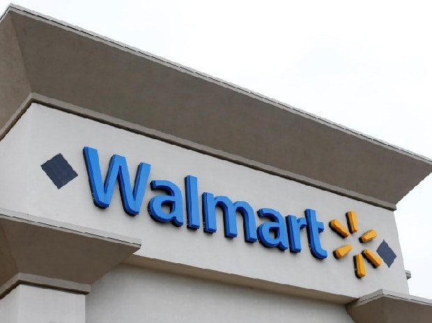 Wal-Mart's online sales, customer visits rise; shares hit 52-week high