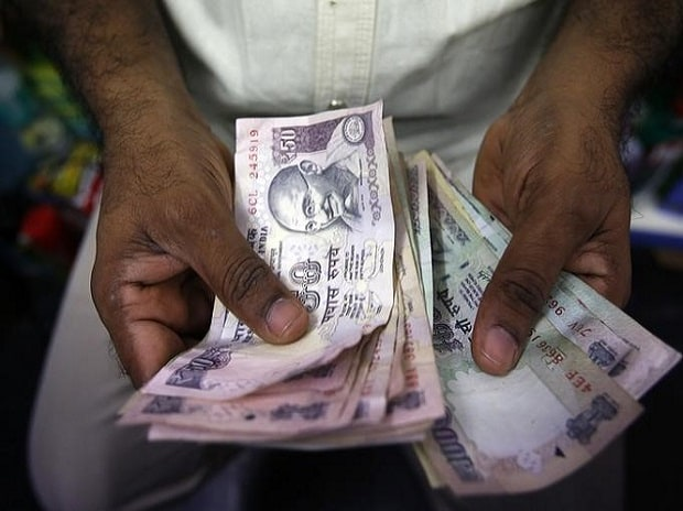 A private money trader counts rupees at a shop in Mumbai. Photo:Reuters