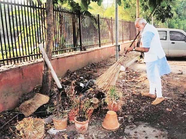 File photo: PM Narendra Modi made a visit to Mandir Marg police station and picked up a broom to clean the garbage | Photo: PTI