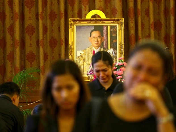 People mourn after offer condolences for Thailand's King Bhumibol Adulyadej at the Grand Palace in Bangkok