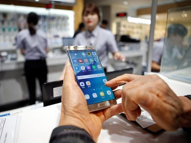 A customer uses his Samsung Electronics' Galaxy Note 7 as he waits for an exchange at company's headquarters in Seoul. (Reuters)