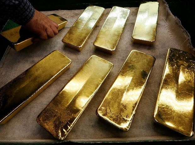 Gold edges higher, awaiting direction on US rates