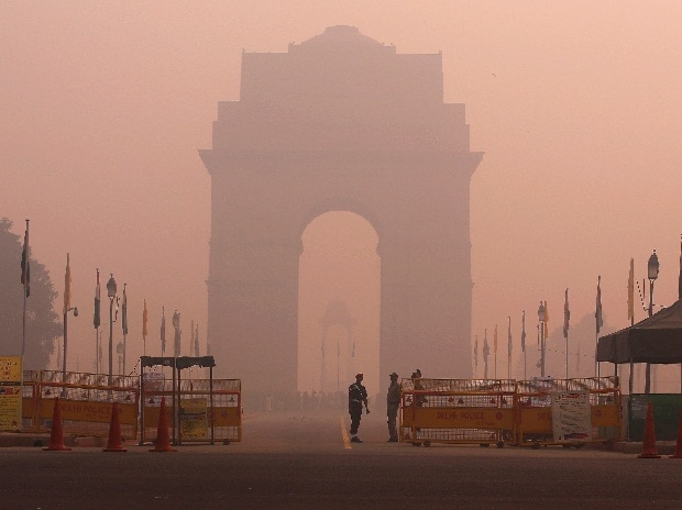 Security personnel stand guard in front of the India Gate amidst the heavy smog in New Delhi