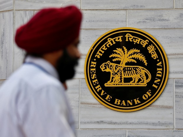 People walk past the Reserve Bank of India (RBI) head office in Mumbai, India.Photo: Reuters