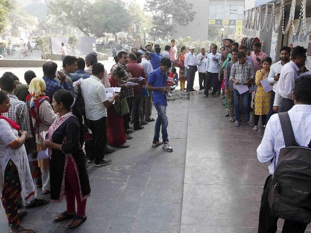 People queuing outside an ATM in Ahmedabad to withdraw money (Pic: Yasin D)