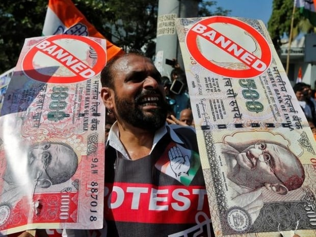 A man holds placards and shouts slogans during a rally organized by India's main opposition Congress party against the government's decision to withdraw 500 and 1000 Indian rupee banknotes from circulation (Photo: Reuters)