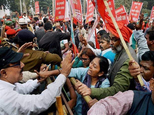CPI-ML activists scuffle with the police in Patna on Monday during the bandh called by the Left parties to protest against demonetisation of Rs 1,000 and Rs 500 notes. Photo: PTI