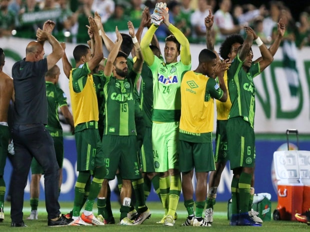 Players of Chapecoense celebrate after their match against San Lorenzo at the Arena Conda stadium in Chapeco, Brazil, November 23, 2016. Photo: REUTERS/Paulo Whitaker/File Photo