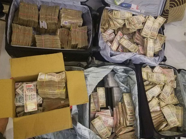 Rs 3.25 crore in old notes seized from a hotel in Karol Bagh, New Delhi. Photo: Twitter(@ANI_news)
