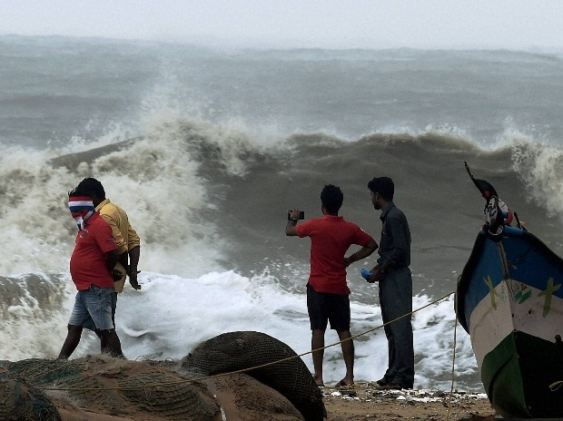 Bay of Bengal, Marina beach, Cyclone Vardah, Chennai, strong waves