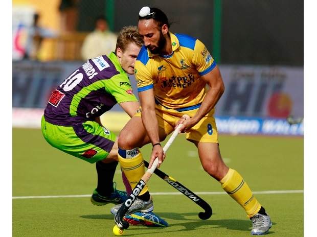 Sardara Singh of Jaypee Punjab Warriors in action during a 2016 HIL match