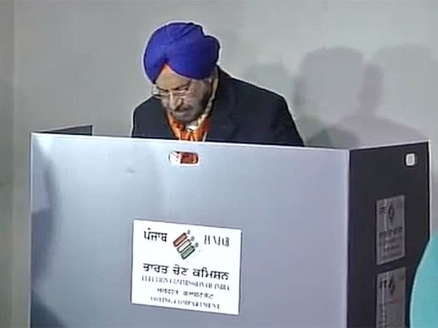 Former Army Chief and ex-governor General JJ Singh casts his vote. Photo: ANI