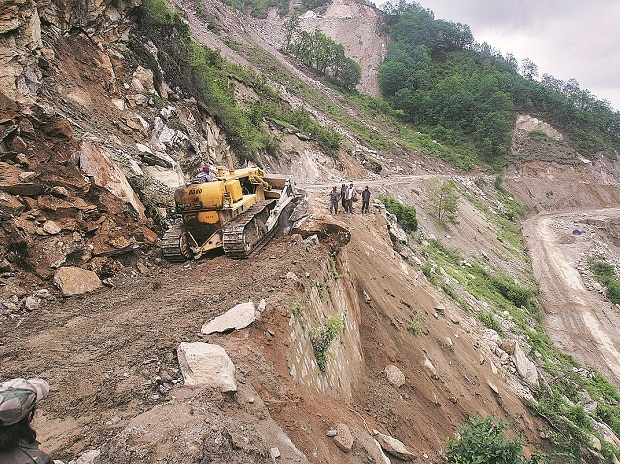 A bulldozer clears a landslide from India's Tezpur-Tawang highway, which runs to the Chinese border, in Arunachal Pradesh. Photo: Reuters