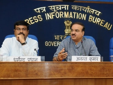 Dharmendra Pradhan (left) & Ananth Kumar at a joint press conference