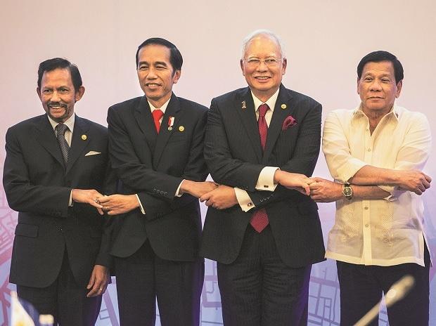 (From left) Brunei's Sultan Hassanal Bolkiah, Indonesia's President Joko Widodo, Malaysia's Prime Minister Najib Razak and Philippine's President Rodrigo Duterte link hands during the 12th  ASEAN Growth Area Summit in Manila (Photo: Reuters)