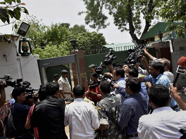 Lalu Prasad Yadav, Lalu, I-T Raids, benami deals