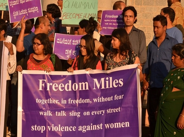 Students protesting outside Bangalore Town Hall on Sunday, December 30 demanding justice for the 23-year-old student who died on 29 December after being gang raped. Photo by Jim Ankan Deka via Wikimedia Common