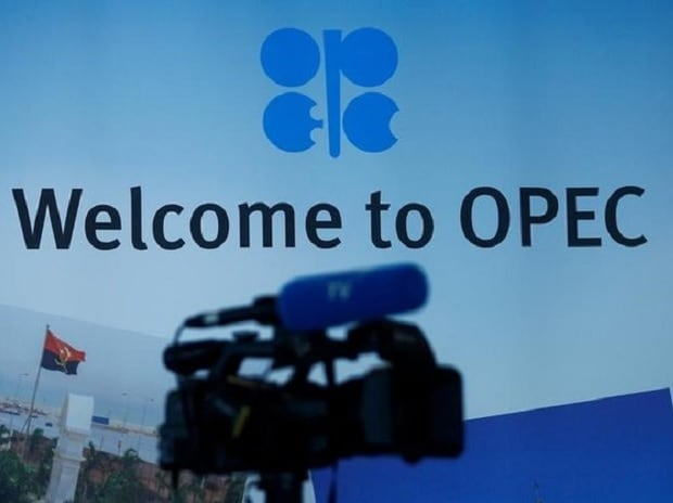 Oil prices fall as Opec extends output cuts by 9 months to drain glut