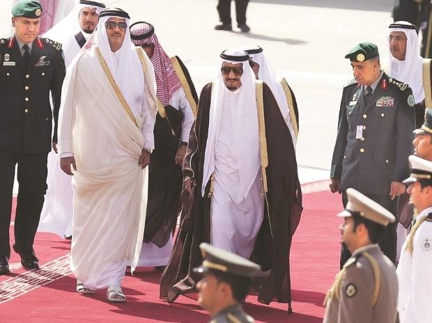 Saudi King Salman bin Abdulaziz (centre) with the Emir of Qatar Tamim bin Hamad al-Thani. Photo: Reuters