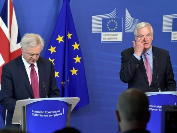 The European Union's chief Brexit negotiator Michael Barnier (R) welcomes Britain's Secretary of State for Exiting the European Union David Davis at the European Commission ahead of their first day of talks in Brussels, Belgium. (Photo: Reuters)