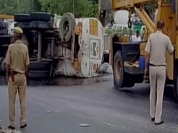 See pics: Delhi: 20,000 litre of petrol spilled on road, causes traffic jam