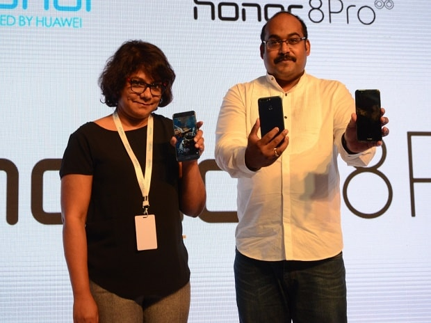 P Sanjeev, Vice President - Sales (Huawei & Honor Consumer Business)  and Shalini Puchalapalli, Director, Category Leadership, Amazon India launching the Honor 8 Pro in New Delhi