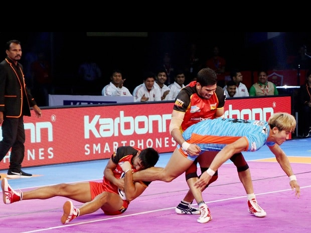 Bengaluru Bulls players with Bengal Warriors  in action during their Pro Kabaddi League match in Nagpur. Photo: PTI