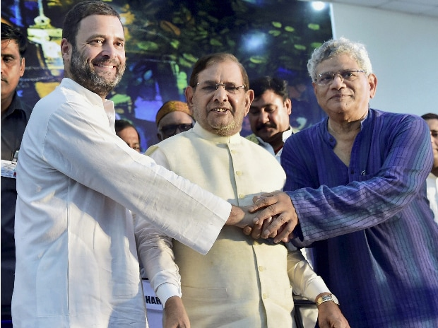 Congress Vice-President Rahul Gandhi, former PM Manmohan Singh and former JD(U) president Sharad Yadav attend a day-long convention 'Sajha Virasat Bachao Sammelan' in New Delhi. (Photo: PTI)