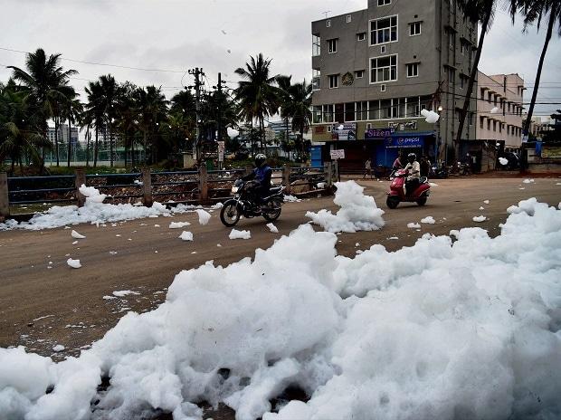Bellandur Lake, Bellandur, Froth spills, Froth, Bengaluru, Karnataka, toxic foam,