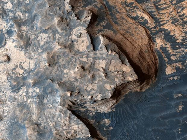 This image was acquired by the High Resolution Imaging Science Experiment (HiRISE) camera aboard NASA's Mars Reconnaissance Orbiter on April 18, 2017