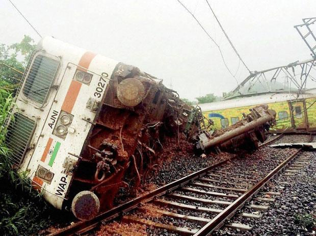 10 coaches derailed of Nagpur-Mumbai Duranto Express due to landslide