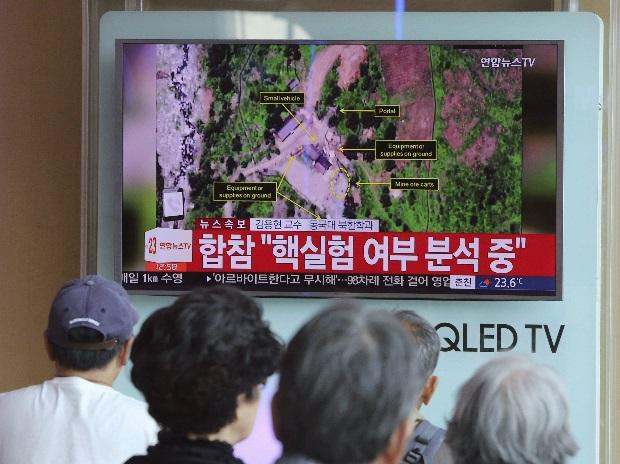 People watch a TV news report about a possible nuclear test conducted by North Korea ,at the Seoul Railway station in Seoul, South Korea. Photo: PTI