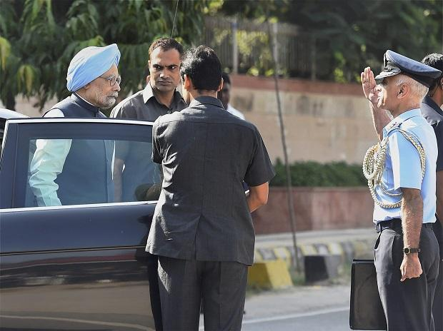 New Delhi: Former Prime Minister Manmohan Singh arrives  at the Brar Square to attend the funeral of Marshal of the Indian Air Force, Arjan Singh. PTI Photo