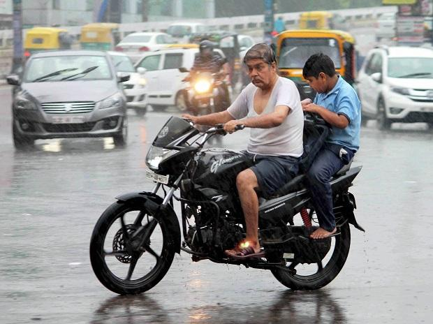Chennai receives heavy rainfall throwing life out of gear