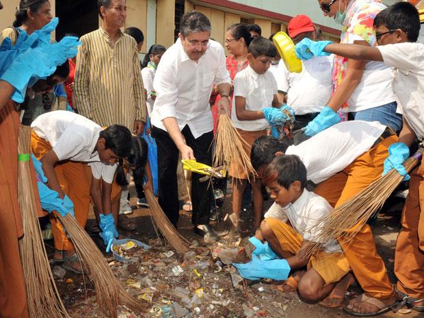 From ICICI Bank to SBI chief, bankers wield brooms, pledge for clean India