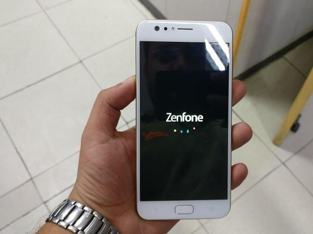 Presents smartphone for selfies Selfie, ASUS Zenfone 4 Lite