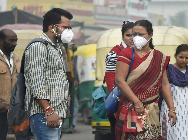 People seen wearing  pollution masks while they commute to their work places in New Delhi