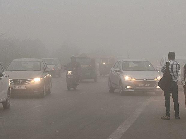 Vehicles drive through heavy smog near Akshardham Metro Station in New Delhi on Wednesday. Photo: PTI