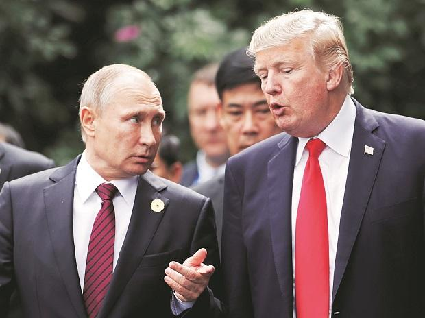 US President Donald Trump (right) and Russia's President Vladimir Putin during the family photo session at the APEC Summit in Danang, Vietnam on Sunday.Photo: Reuters