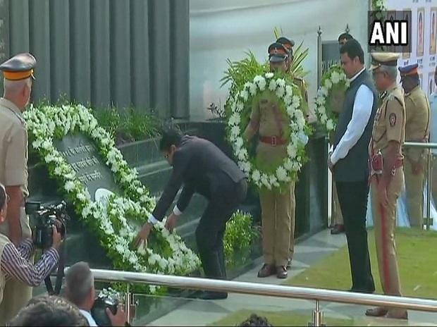 Maharashtra Chief Minister Devendra Fadnavis, Governor C. Vidyasagar Rao pay tribute to 26/11 victims at memorial in Mumbai. Photo: ANI